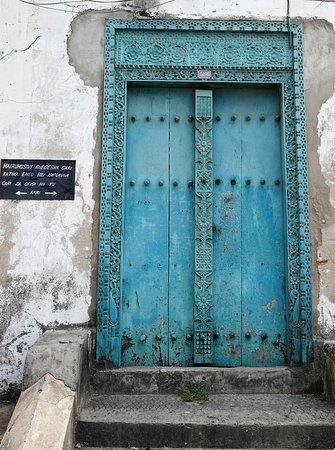 Ilha de Zanzibar, Tanzânia: Wooden door from Zanzibar in Stonetown. I took this photo in February 2019 while staying on this beautiful Island.