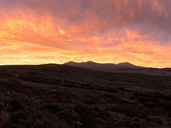 Chos Malal, Argentina: Ruta 40 a la altura del volcán  tromen al atardecer. Pedazo de belleza en el norte neuquino