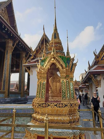 Temple of the Emerald Buddha (Wat Phra Kaew): The palladium of the Kingdom of Thailand that one must-see while in Bangkok. The details of the temple testify a real craftsmanship.