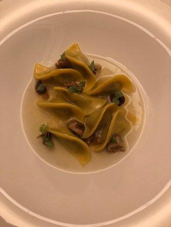 Ravioli d'anatra e il suo consommé con funghi shiitake: solo quelli valgono la visita.