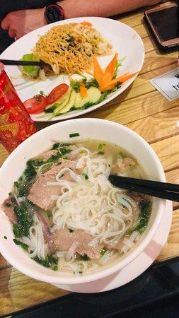 Très bonne cuisine traditionnelle ! Noodle (nouille de riz ) au bœuf, riz frit avec poulet, noodle frit.