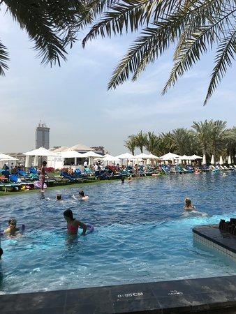 Bel hôtel avec un beau jardin et piscine spacieuse