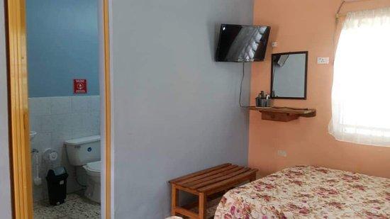 Artemisa Province, Kuba: Habitacion 3.con  2 camas dobles,AC,TV ,Llave , ventana con seguridad, Baño privado y más...