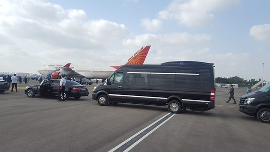 Tel-Aviv, Izrael: Special guest of honor arriving with friends and family at Ben Gurion Airport.