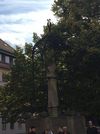 St. Nicholas Church: Escultura de un Oso frente a la Iglesia- Berlìn, Alemania 2017.