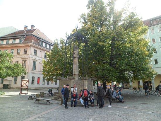 St. Nicholas Church: Escultura de un Oso, frente a la Iglesia- Berlín, Alemania