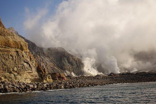 Bay of Plenty Region, نيوزيلندا: Действующий вулкан в океане. Это самый активный вулкан Новой Зеландии.  Он имеет округлую форму примерно 2 км в диаметре. Он поднимается на высоту  321 м над уровнем моря. Открытый остров это вершина подводной горы, высота которой 1600 м