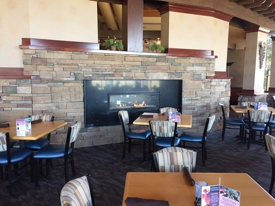 Horizons Restaurant & Lounge: Cozy fireplace in Horizons at The Lodge at Geneva