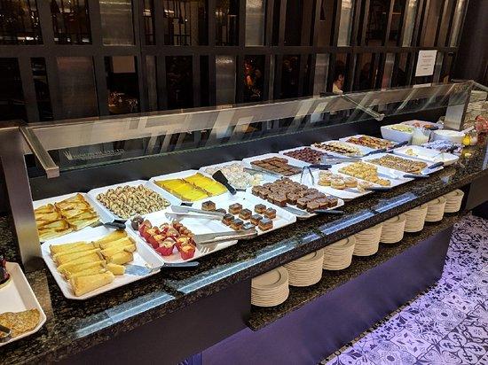 1st First Grill: Ceci est le buffet des desserts!! Il y a encore un congélateur sur le côté, avec les glaces.
