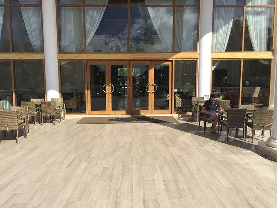Nous avons séjourné au Dreams Tulum hôtel du 1 er au 9 Avril 2019, cet hôtel est splendide, ces jardins sont magnifiques et très bien entretenus, les personnels sont accueillants, très professionnels, la nourriture est de qualité et bien présentée, les chambres où suites sont spacieuses et très bien entretenues, les piscines sont correctes, cet hôtel vaut vraiment ses 5 étoiles ! Du reste la région déborde d'activité de toute nature, les sites préservés sont à couper le souffle. On y retournera