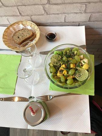 Green Végan poké : Riz blanc au sésame, tofu pané, edamame, concombre, avocat, raisins, coriandre, pomme granny, mélange d'herbes, kiwi, menthe, salade d'algue, citron vert et grains de courge