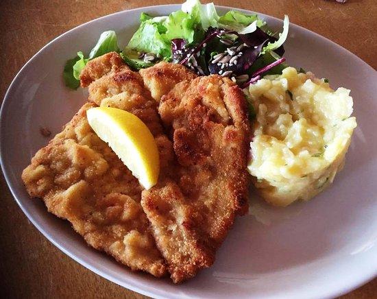 Windach, Deutschland: Kalbsschnitzel mit hausgemachtem Kartoffelsalat