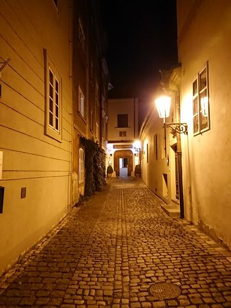 Переулок, упирающийся во вход в отель.