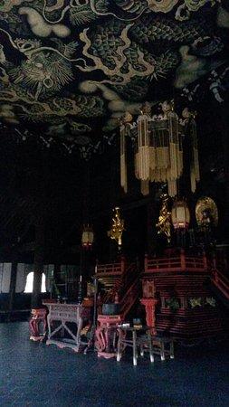 Salle dédiée à Bouddha au plafond peint.