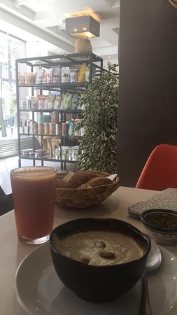 Ayaso Concept Store: Ma formule petit dej : Jus de carotte, citron,gingembre,orange Une sorte de soupe faite de mélanges d'amandes,coco,graines de chia ..