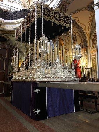 een Trono die klaar staat voor de Semana Santa processie