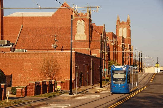 A westbound streetcar passes the First Baptist Church.