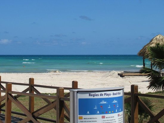 Gran Muthu Imperial Hotel: Beach's turquoise water!