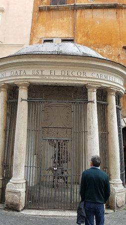 Tempietto del Carmelo innalzato nel 1759 per proteggere un'immagine dedicata a Santa Maria del Carmine.