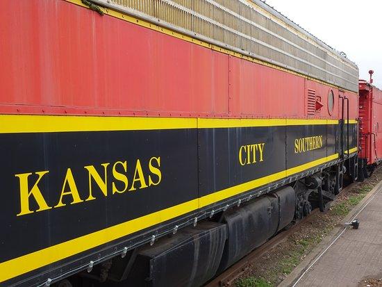 Decatur, أركنساس: Old Kansas City Southern locomotive on siding.