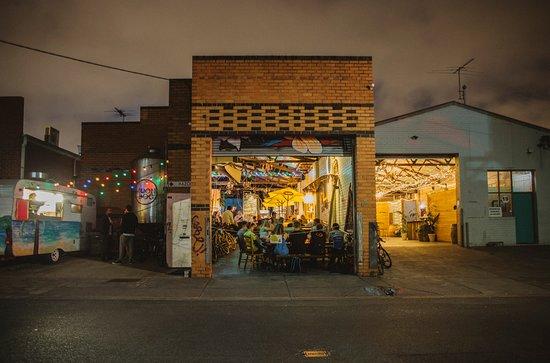 Abbotsford, Australia: Moon Dog Brewery Bar and Ballroom Oasis