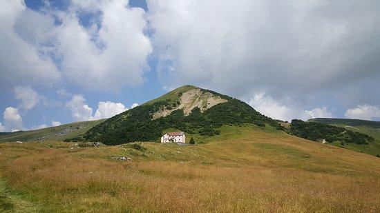 Ex rifugio Cesare Battisti sui Piani dell'Alben (1650 m) nei pressi del Rifugio Gherardi sopra Pizzino in Val Taleggio, una laterale della Val Brembana nella Bergamasca. (Prealpi Orobie).