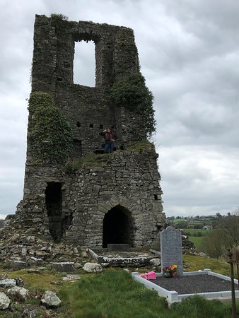 Boyne Valley Tours: Ruins at a cemetery