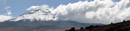 Guaranda, Эквадор: This Chimborazo snowcapped volcano, one of the highest snowcapped active volcanoes in the world! You can visit this wonderful volcano and walk up to the refuge. The altitude is 6310m or 20702,10ft. Its peak is higher than Everest volcano.