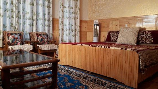 Kullu District, Ấn Độ: wood work, nice and comfortable stay.