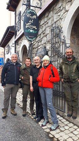 Maria Luisa Cocozza di Canale 5 assieme al personale del Parco nazionale ed al gestore del bar.
