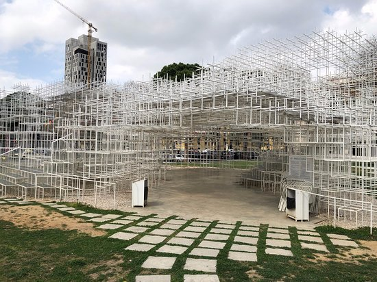 A face mais verdadeira do comunismo: A Japanese sculpture, The Cloud, in Tirana, Albania