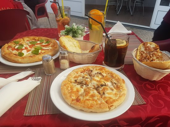 Best Albufeira restaurants - Shows Senhor Frogs restaurant