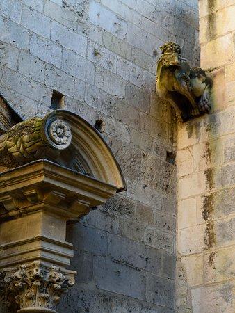 Арль. Алискамп (Les Alyscamps). Средневековая церковь Святого Гонората (Saint Honorat). Фрагмент архитектуры входного портала