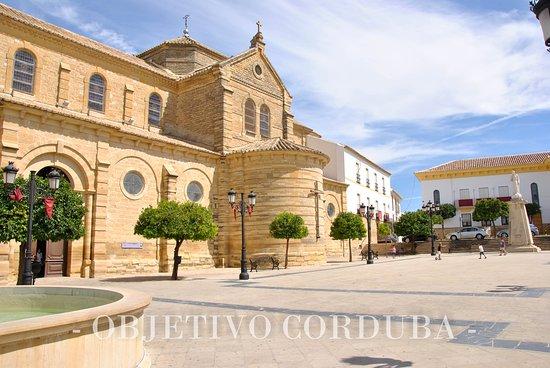 En su interior destacan tres grandes murales (Santa Cena, Sagrada Familia y Asunción)