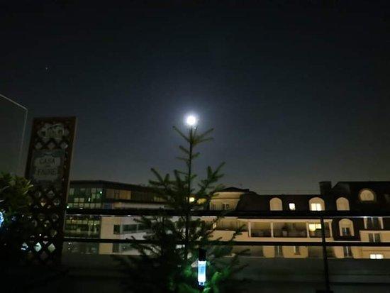 Hauts-de-Seine, ฝรั่งเศส: Quand la lune se prend pour une boule de sapin de Noël.