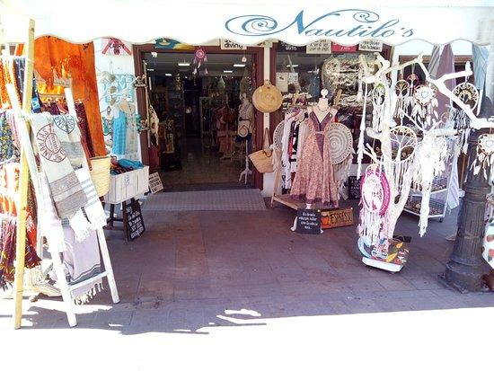 Santiago del Teide, España: Tienda de decoración ropa y complementos en el maravilloso entorno de los gigantes