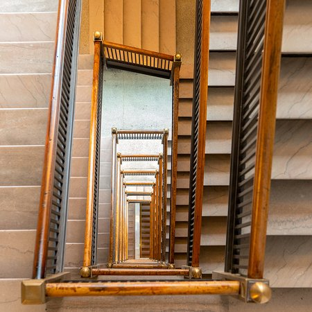 DoubleTree by Hilton Youngstown Downtown: Central marble staircase