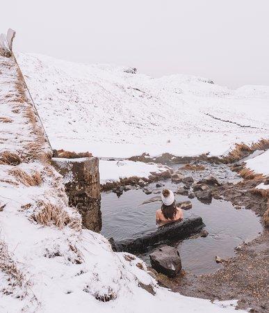 Während unseres Roadtrips in Island haben wir mindestens an jedem zweiten Tag einen der vielen fantastischen Hot Pots rund um die Insel besucht. Wenn du da so inmitten der schönsten Winterlandschaft im rund 39 Grad warmen Wasser sitzt, und die Schneeflocken auf dich niederrieseln, dann wird dir wieder so richtig bewusst, dass Island wirklich eine Insel der Kontraste aus Feuer und Eis ist! Diesen Hot Pot hier, Hrunalaug, fand ich übrigens mit am allerschönsten! #Werbung #Roadtrip #Natur