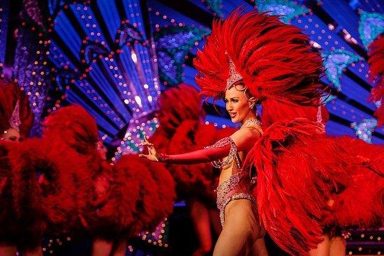 Cena y espectáculo en el Moulin Rouge...