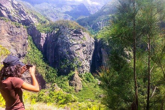 ハイキング:Cilaosチャペルの川での地質探検。