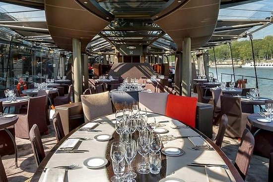 Lunch on a boat with a cruise on the Seine