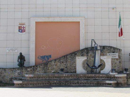 Ortona, Italia: Monumento ai Caduti del mare