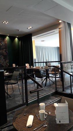 Hotel Le Louis Versailles Chateau: salle du petit déjeuner, espace sur les côtés