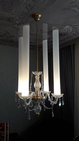 détail lustre de la chambre