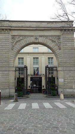 Hotel Le Louis Versailles Chateau: Le Louis avec la plaque commémorant l'inauguration du Sofitel à la création.