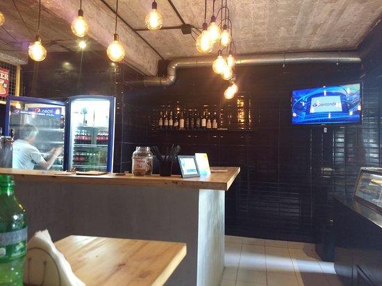Maluva Pizza: interior, barra