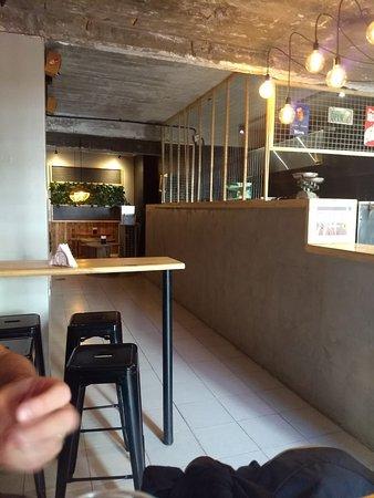 Maluva Pizza: interior, barra y algunas mesas