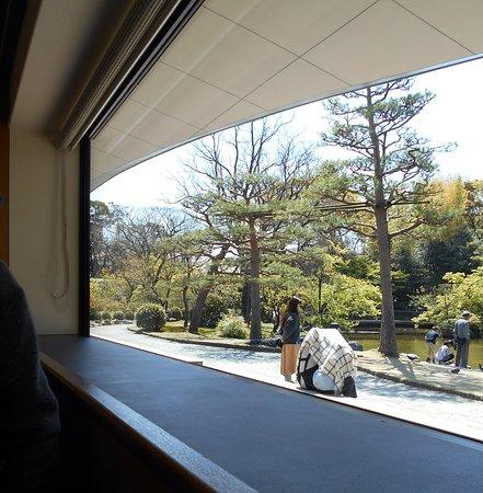 我が家が着席したテーブル席から眺めた日本庭園