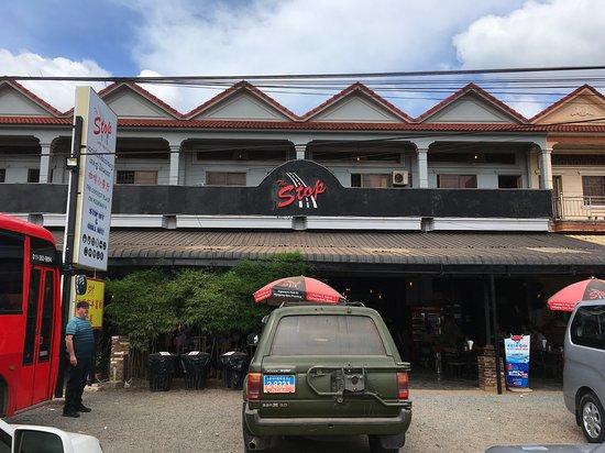 Kampong Speu, กัมพูชา: Стоянка перед кафе.