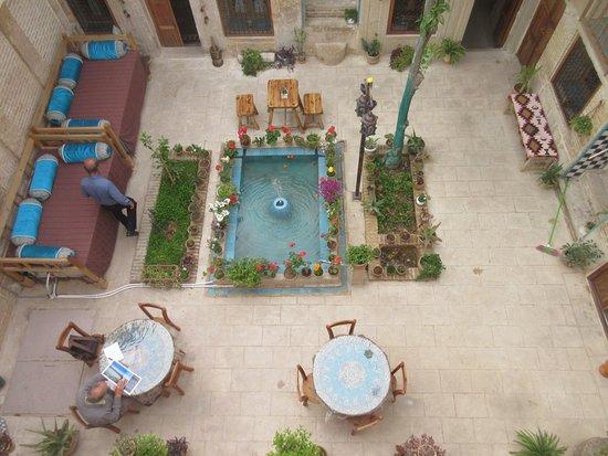 vue de la terrasse au dessus de la chambre, sur la cour intérieure
